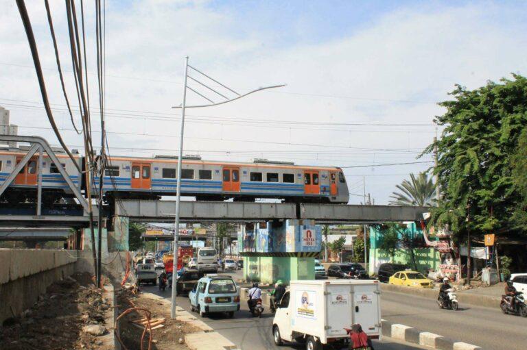 KLB KRL melintas jembatan (viaduct) Jln. Gunung Sahari selepas stasiun Kampung Bandan