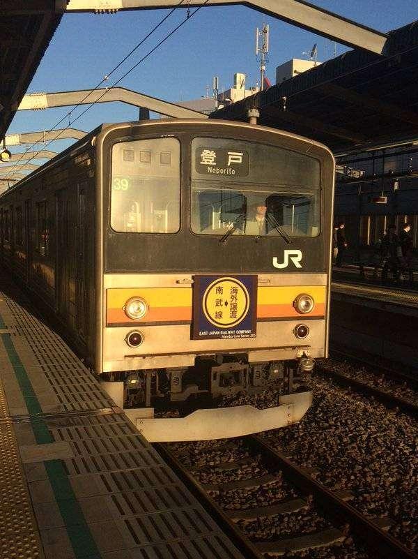 JR205-23 NaHa H39 dengan papan di bagian クハ204-23. | Foto oleh: akun @bluetree767