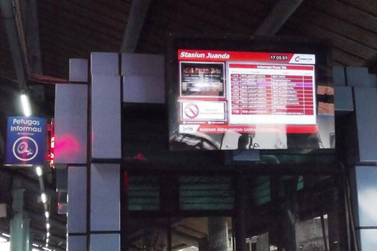 """Papan Informasi Digital """"LED Screen"""" di Stasiun Juanda   Foto Oleh: Fasubkhanali"""