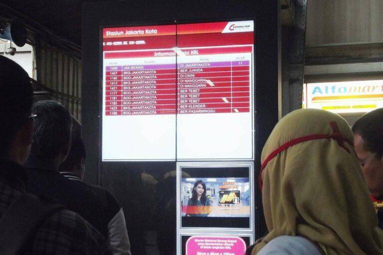 """Papan Informasi Digital """"LED Screen"""" di Stasiun Jakarta Kota   Foto Oleh: Fasubkhanali"""