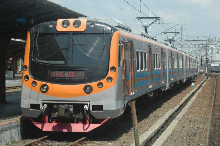 Rangkaian KLB KRL disiapkan di jalur 8 stasiun Jakarta Kota