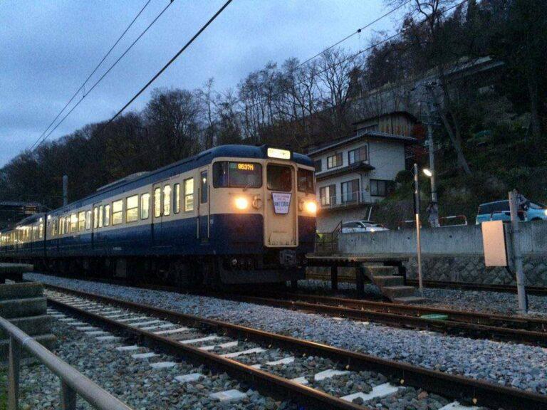 KRL seri 115 dikala senja | Foto Oleh: Satou Hiroki