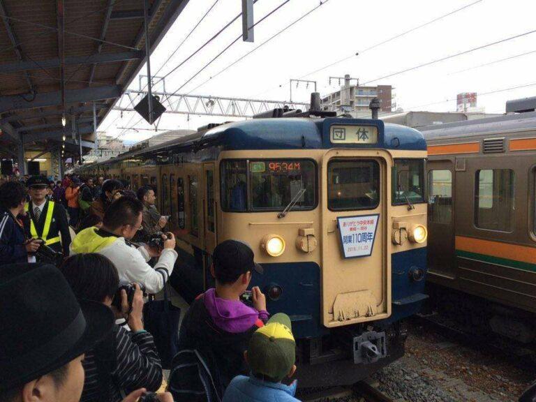 Para Railfans dan masyarakat yang ikut mengambil foto sebelum berangkat | Foto Oleh : Satou Hiroki