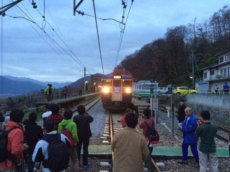 Saat di persinggahan, penumpang diberi kesempatan untuk mengambil foto KRL tersebut | Foto Oleh: Satou Hiroki
