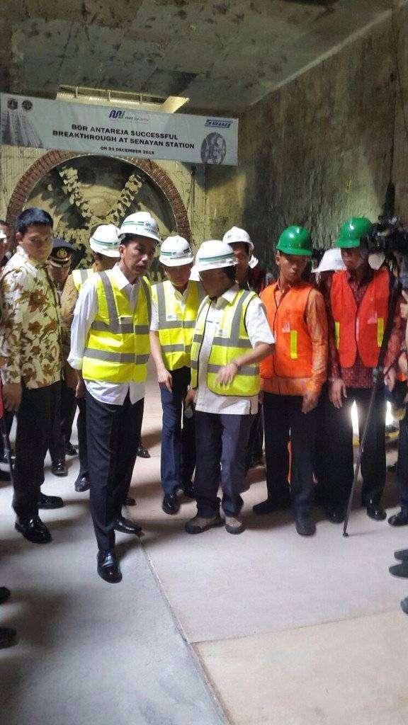 Presiden Jokowi saat meninjau Stasiun Senayan.