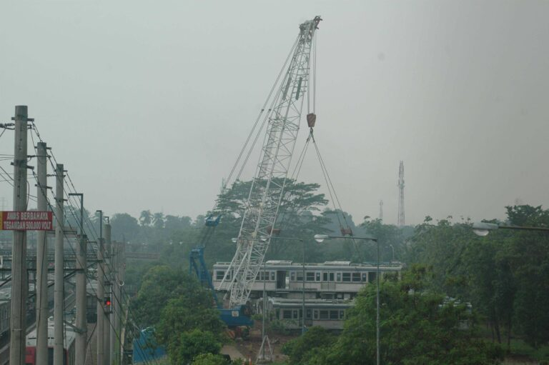 Proses pemindahan KRL afkir dari jalur simpan ke tanah kosong di dipo KRL Depok, Jawa Barat