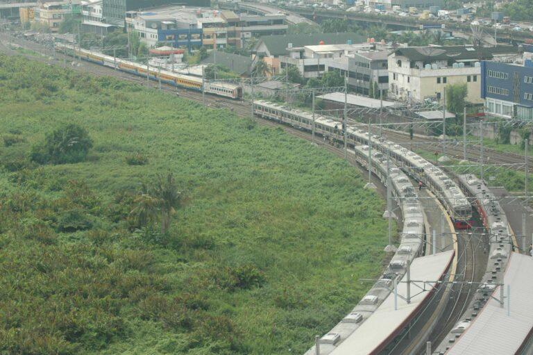 KA Lokal Rangkasbitung dan KRL feeder serta jalur lingkar di stasiun Kampung Bandan (18/12)