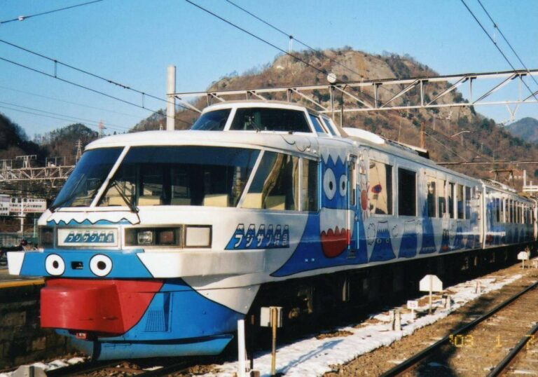 KRL Seri 2000 milik Fujikyu | Foto Oleh: Cassiopeia Sweet