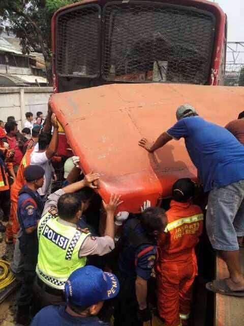 Proses evakuasi bus Metro Mini yang ditabrak KRL