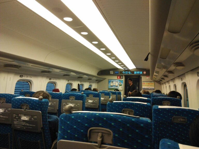 Tidak cuma KA ekonomi yang bangkunya 3-2, Shinkansen juga!