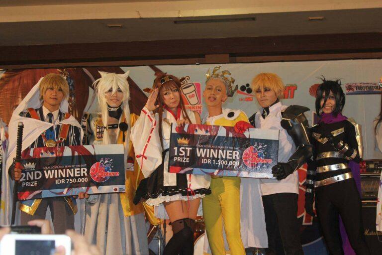 Para Juara Tim Cosplay bersama Jiaki dan Yuki