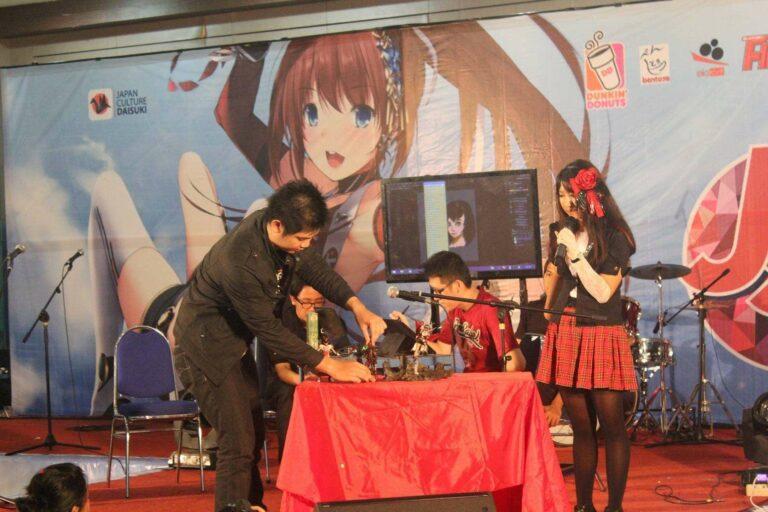 Wenart (kaus merah), sedang speeddrawing dan Sie Jin Koei sedang menata karyanya