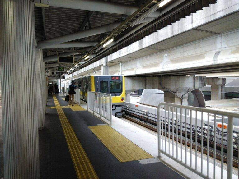 LRT Saitama New Urban Transit. Lihat ban karetnya.