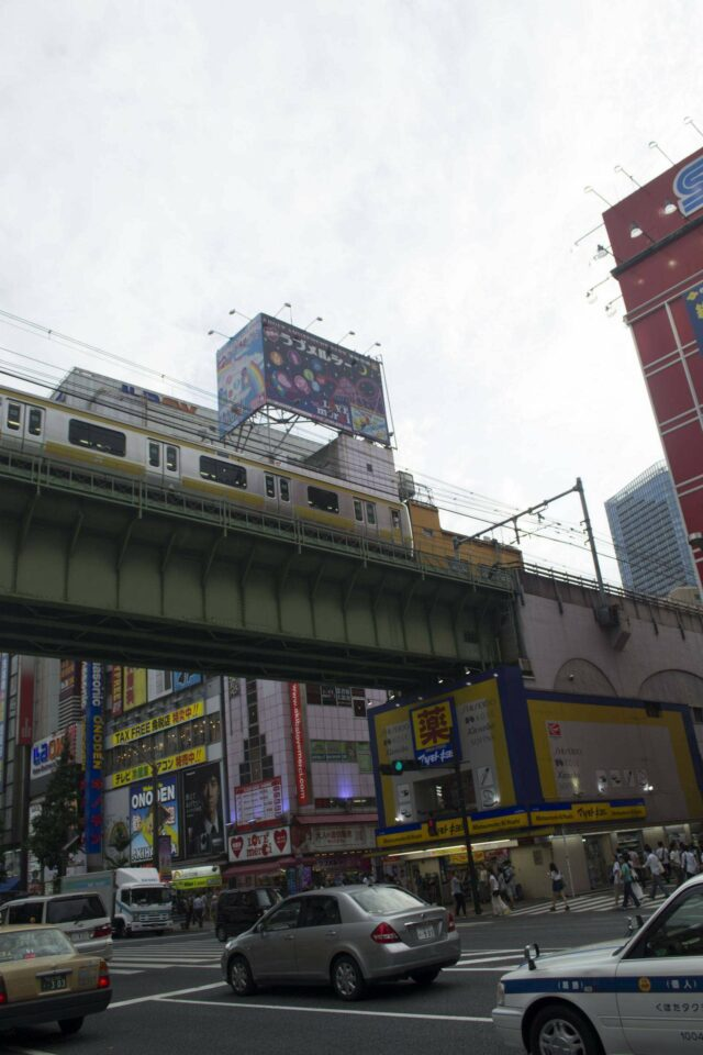 JR E231-0 jalur Chuo di samping gedung Sega.