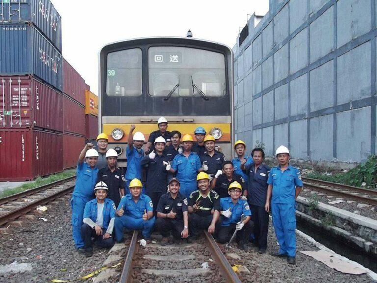 Sesi Foto Kru KCJ setelah merampungkan pemindahan KRL dari kapal ke rel. | Foto: Fasubkhanali