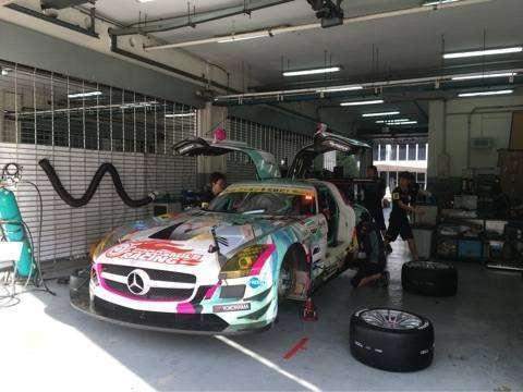 Mobil tim GOODSMILE Racing sedang dipersiapkan sebelum melakukan tes di Sepang.