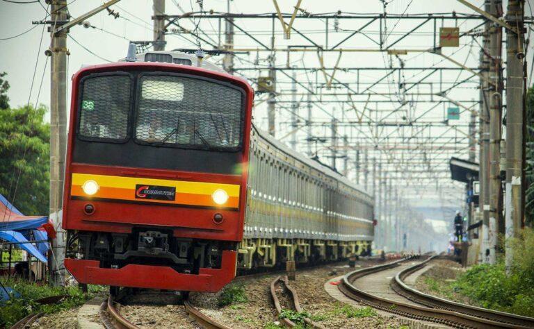 KRL Formasi 12 Kereta meninggalkan stasiun Kranji