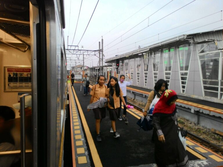 Suasana turun penumpang KRL formasi 12 kereta di peron baru stasiun Bojonggede (12/1)