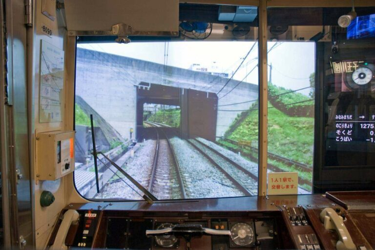 Tampak dalam simulator KRL seri 8090   Sumber: http://ongakukan.cocolog-nifty.com/