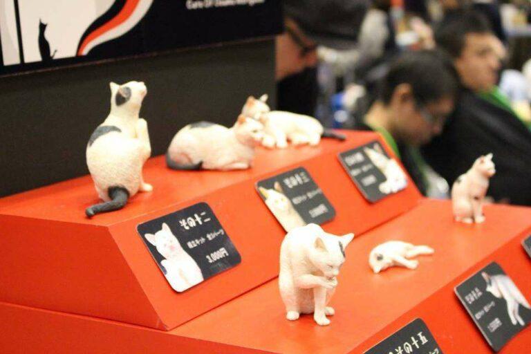 Ada juga loh koleksi figur kucing asli, ya, kucing.