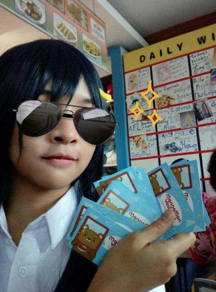 Karena datang sambil cosplay, Si Kaori pun mendapat banyak voucher Mangamon.