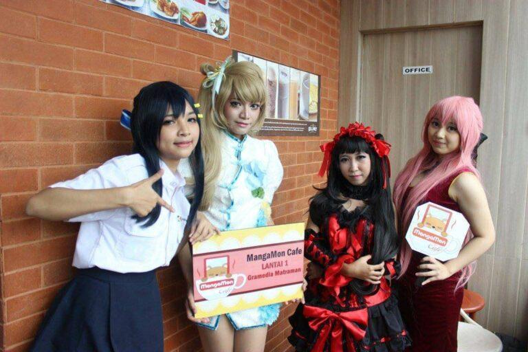 Si Kaori berfoto bersama cosplayer dari Mangamon Cafe.