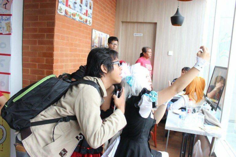 Salah satu pengunjung berselfie bersama cosplayer dari Mangamon Cafe.