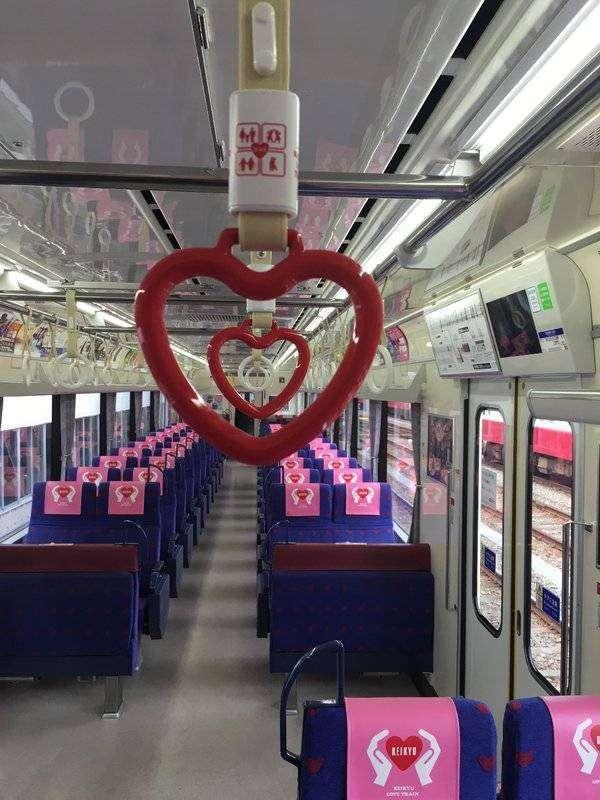 "Interior ""Keikyu Love Train""   Sumber: @keikyulovetrain (Twitter)"
