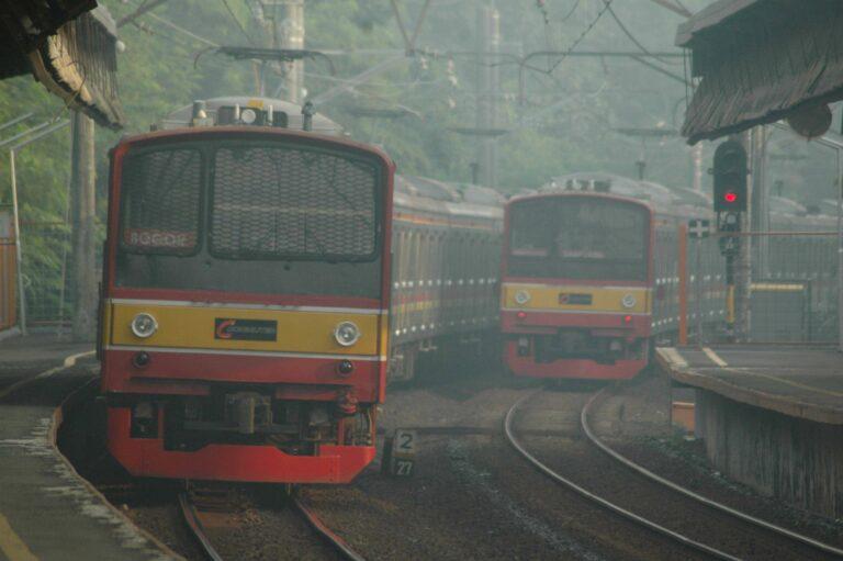 KRL seri 205 rangkaian 205-61F (Eks-KuRa H1) dan 205-62F (Eks-KuRa H2), formasi 10 kereta di stasiun Universitas Indonesia