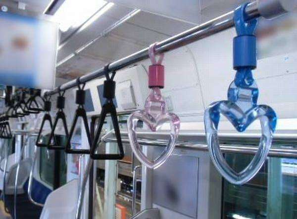 Hand straps (gantugan tangan) di KRL | Sumber: (klik foto)