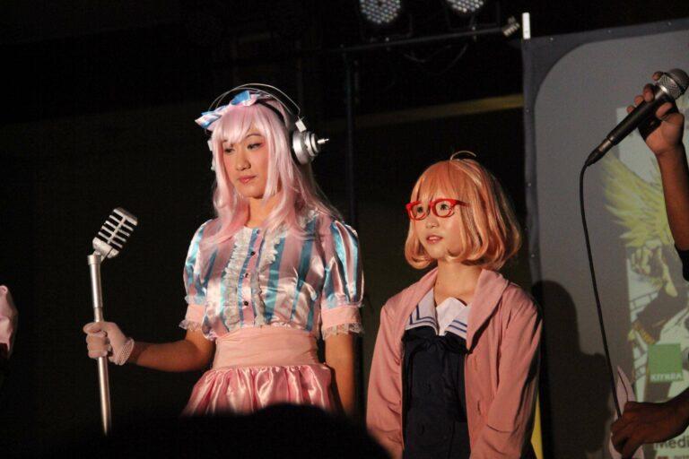 Lola Zieta sebagai Super Sonico dan Mactha mei sebagai Mirai Kuriyama sedang menyapa pengunjung