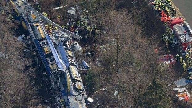 Kereta yang bertabrakan terguling ke pepohonan.
