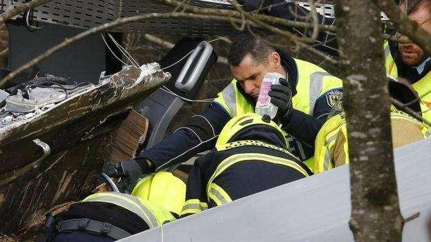Petugas mengevakuasi korban yang masih terjebak dalam kereta,