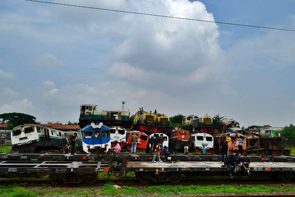 Lokomotif Diesel Hidrolik afkir di emplasemen stasiun Sidotopo, Surabaya