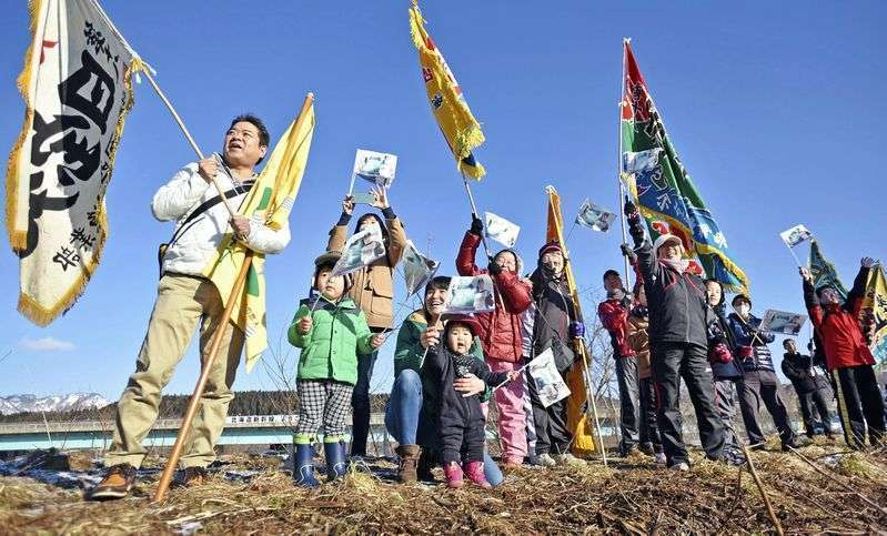 Masyarakat lokal Hokkaido yang menyambut kedatangan Shinkansen dari pulau Honshu. | Foto: The Yomiuri Shimbun