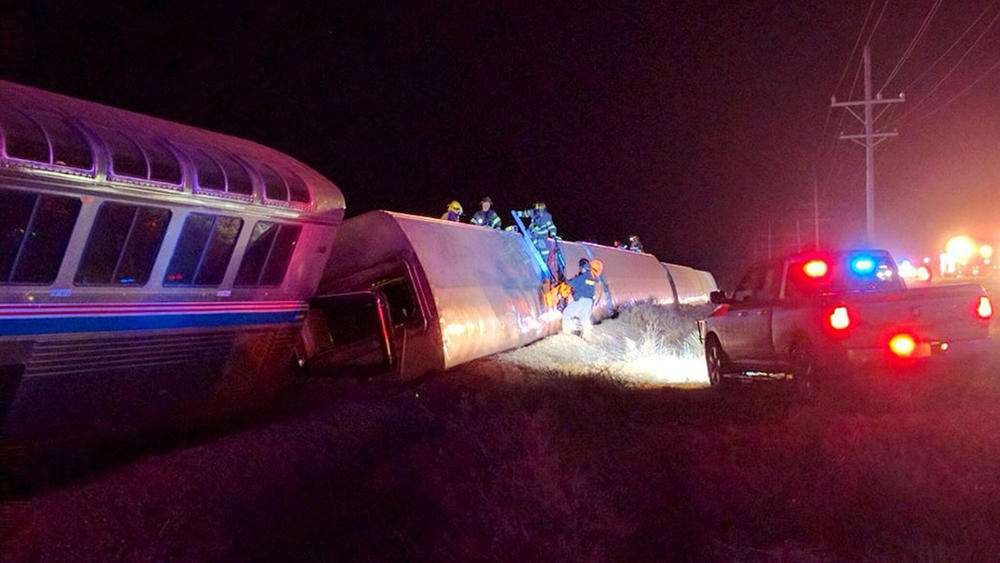 Regu Penyelamat Sedang Mengevakuasi Penumpang. Sumber chicagotribune.com