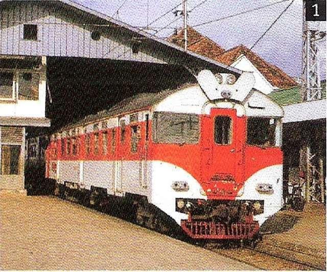 KRD Gunung Jati di Stasiun Jatinegara | Sumber foto: cc2041104yk.blogspot.co.id / Anonim