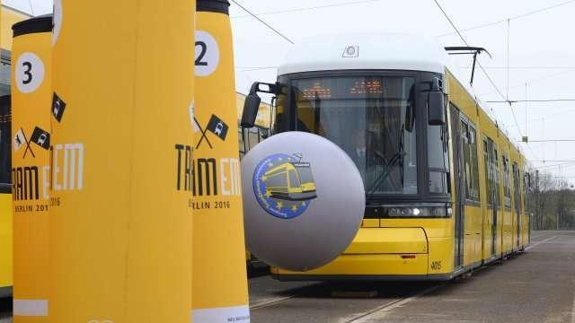 Bola dan Pin Bowling raksasa yang dimainkan dengan menggunakan tram | Foto: Berliner Morgenpost