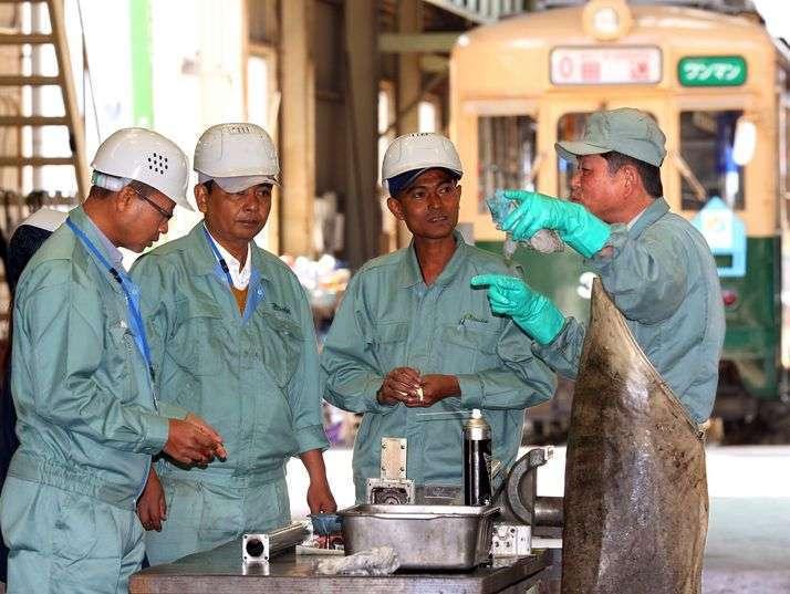Staf dari Myanmar Railway sedang mempelajari cara overhaul KRL di Hiroshima Electric Railway | asahi.com