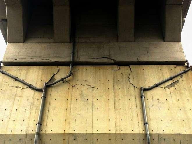 Tiang beton penyanggah jalur layang yang retak