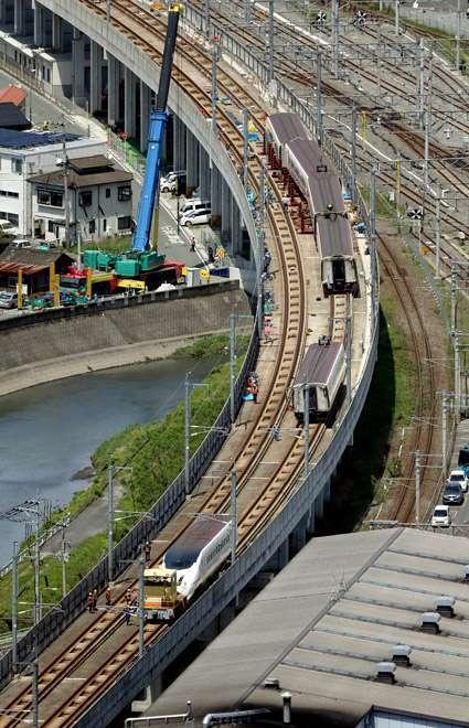 Satu per satu kereta Shinkansen yang anjlok mulai dikembalikan ke rel | Foto: Koichi Ueda
