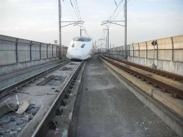Shinkansen yang anjlok akibat gempa