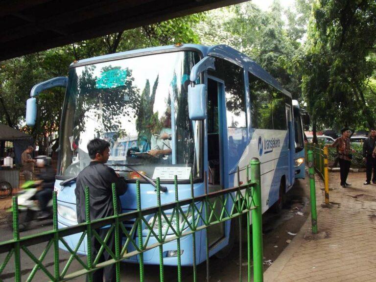 Bus pengumpan yang menghubungkan stasiun Tebet dengan Transjakarta Koridor 6