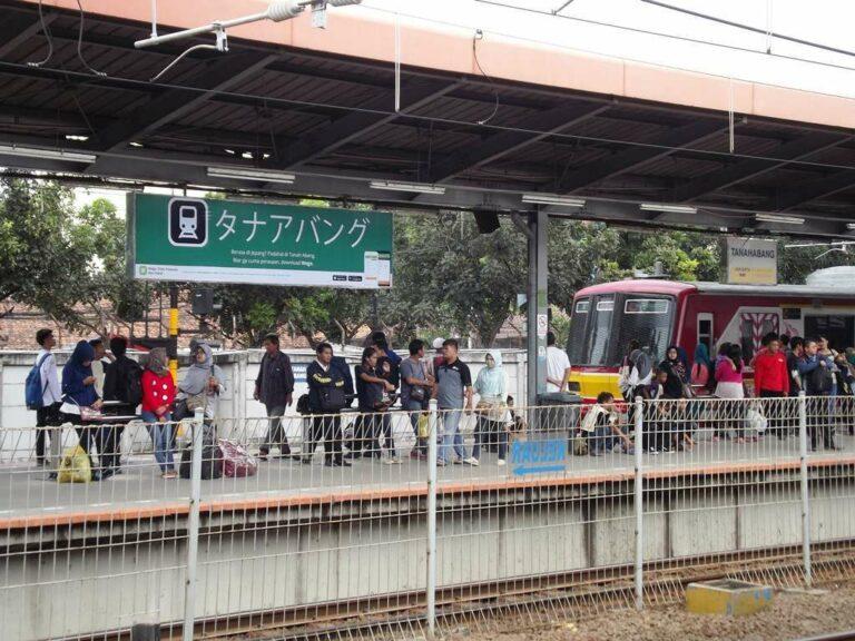 Papan nama Stasiun Tanah Abang dengan bahasa Jepang dan KRL eks-Tokyo Metro seri 05   Foto: Fasubkhanali