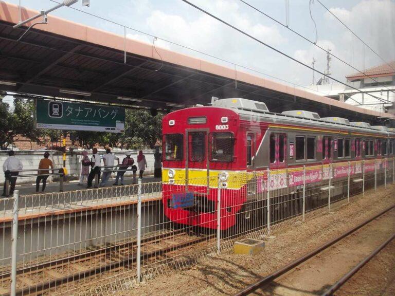Papan nama Stasiun Tanah Abang dengan bahasa Jepang dan KRL eks-Tokyu seri 8000  Foto: Fasubkhanali