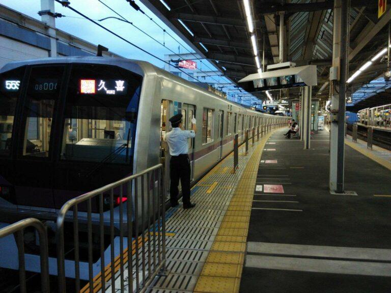 KRL seri 08 milik Tokyo Metro yang beroperasi di jalur Hanzomon