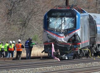 Lokomotif Kereta Amtrak yang ringsek setelah menabrak ekskavator | Foto: elkhartruth.com