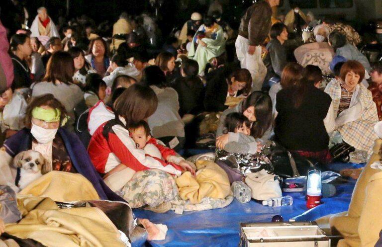 Korban Gempa Kumamoto yang kini berada di pengungsian | Foto: assets.nydailynews.com