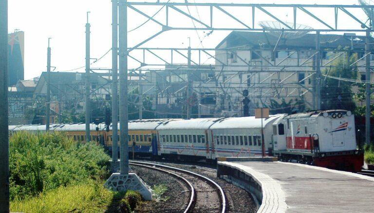 Pengiriman rangkaian untuk perjalanan terakhir KA Tegal Arum relasi Pasar Senen - Tegal melintas di stasiun Kampung Bandan (3/4)