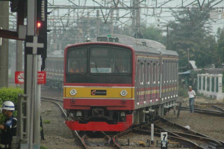 Trial run KRL seri JR 205, set 205-17F berbelok di stasiun Depok.   Foto: Faris Fadhli